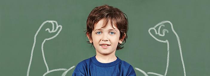 bambino forti grazie ad una sana alimentazione e allo sport