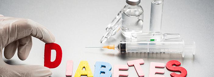 immagine simbolica: siringhe, provette, farmaci e la scritta diabetes