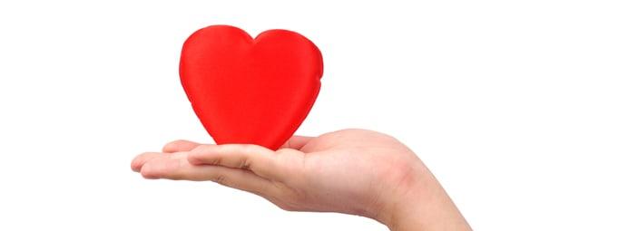 una mano che sorregge un oggetto a forma di cuore