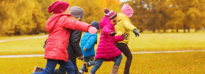 alcuni bambini che fatto attività fisica e corrono nel parco