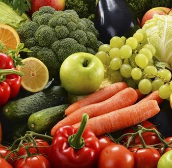 frutta e verdura: carote, pomodori, peperoni, mele, limoni, uva, zucchine, broccoli