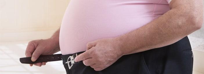 dettaglio della pancia di un anziano in sovrappeso