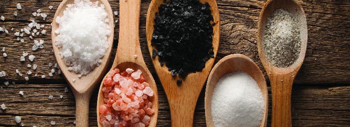 4 tipi di sale rappresentati in 4 cucchiai