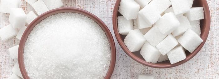 due ciotole di zucchero bianco