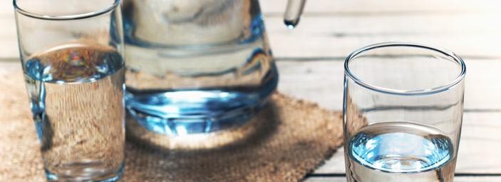 una caraffa e due bicchieri di acqua