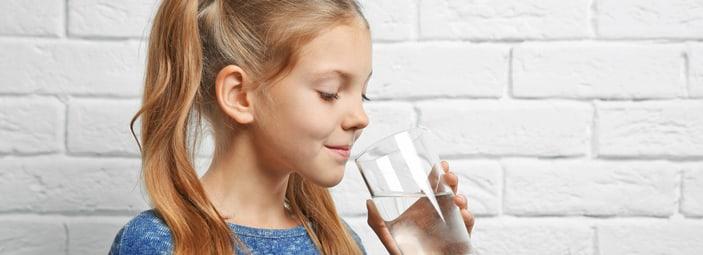 bambina che beve dell'acqua