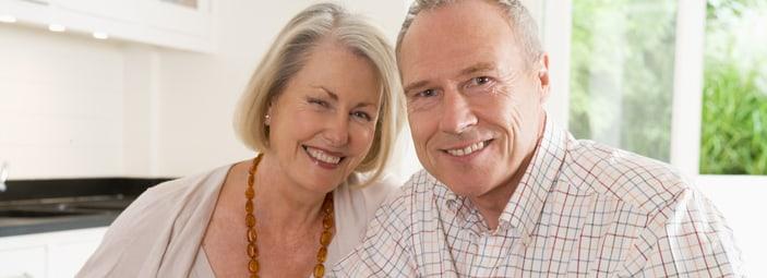 coppia di anziani in salute che ridono