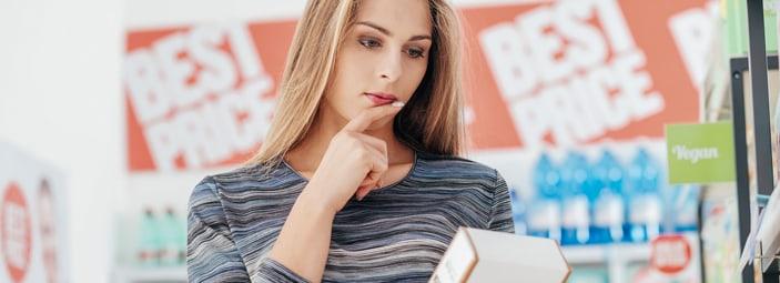 una ragazza controlla l'etichetta di un prodotto