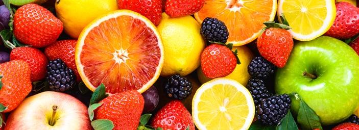 frutta in dettaglio: fragole, arance, limoni, more, mele