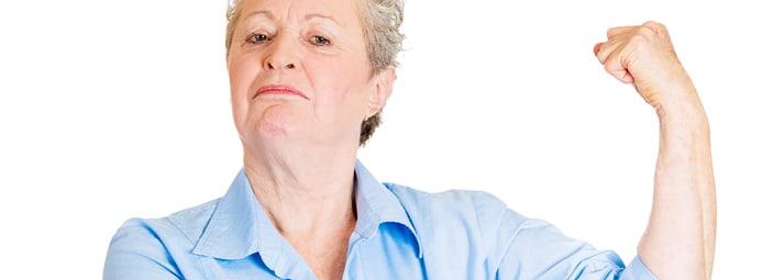 signora anziana con ossa e muscoli forti