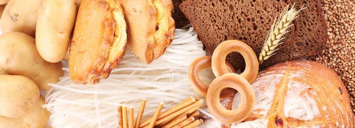 dettaglio di vari tipo di prodotti da forno come pane e grissini: ricchi di sale.