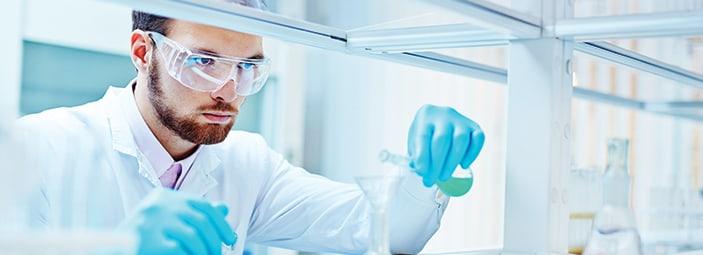 dettaglio scienziato che esegue analisi genetiche di in laboratorio