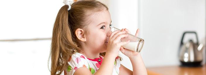 il latte è un alimento completo e sano per grandi e bambini