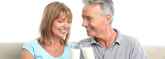 dettaglio uomo e donna che brindano con un bicchiere di latte