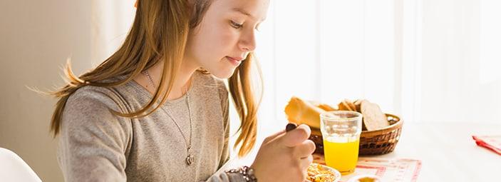 dettaglio di una ragazza che fa colazione