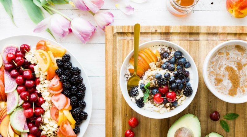 una ricca colazione a base di latte, yogurt e frutta